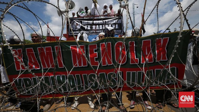 Ribuan orang menggelar aksi massa di depan Markas Polda Metro Jaya, Jakarta. Mereka menyebut ada aksi kriminalisasi pada Rezieq Shihab.