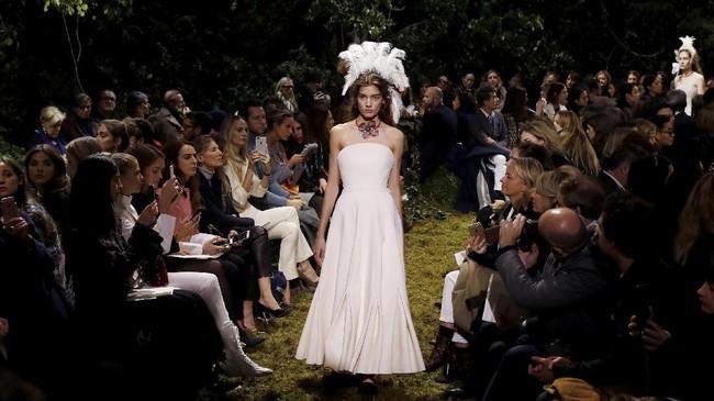 Rumah Mode Dior menghadirkan koleksi couture perdana dari Direktur Kreatif Maria Grazia Chiuri, yang membawa kembali nafas romantis dan kelembutan.