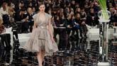 Rumah mode Chanel menghadirkan koleksi haute couture yang melambangkan dualisme wanita, yakni sisi lembut dan tangguh, dalam dunia penuh cermin.