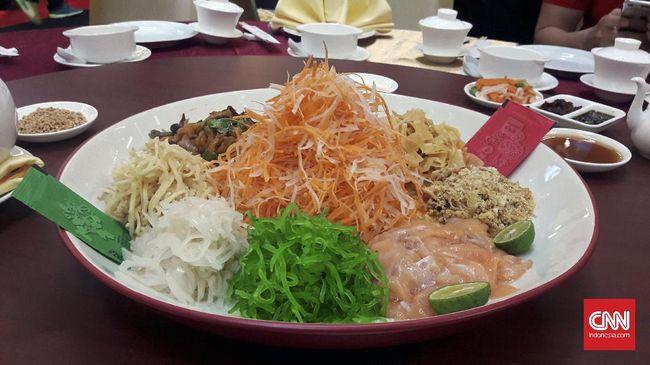 Dalam tradisi Tionghoa, bahkan sepiring sayur dan ikan bernama yu sheng dapat jadi sumber keberkahan di tahun yang baru.