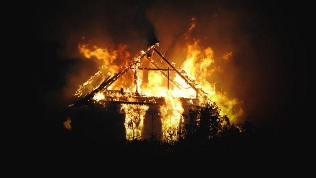 Diduga terkait kekecewaan atas hasil Pilkada 2020, rumah Ketua KPU Yahukimo, Papua, dibakar lima orang tak dikenal.