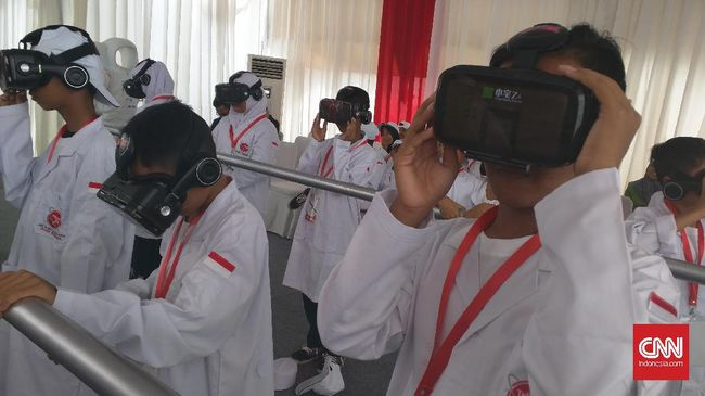 Sampai saat ini belum banyak konten bahan mengajar modern berbasis teknologi VR ke siswa karena mayoritas guru di RI belum mempunyai kemampuang coding.