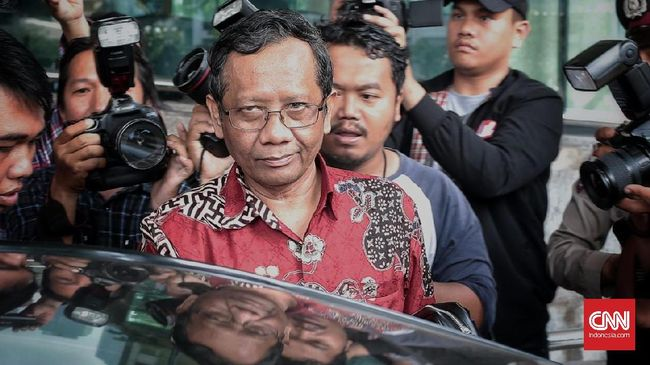 Mahfud MD meminta masyarakat mencermati kesungguhan, kemampuan, dan perangkat politik yang jadi penunjang Jokowi maupun Prabowo dalam upaya memberantas korupsi.