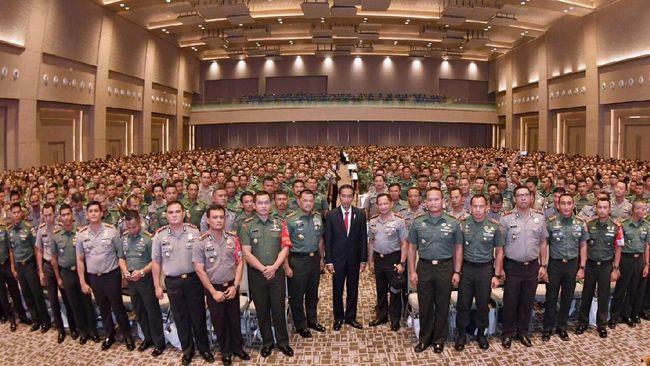 Presiden RI Joko Widodo (berjas di tengah) berpose bersama unsur TNI dan Polri saat kegiatan pengarahan kepada Babinsa dan Bhabinkamtibmas di Solo, Jawa Tengah, 30 Januari 2017. (Dok. Setpres)