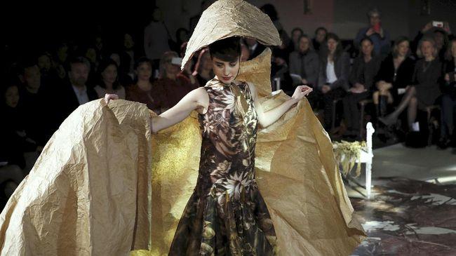 Franck Sorbier mempersembahkan koleksi yang terinspirasi dari bunga dan kertas. Koleksinya menjadi salah satu yang terbaik di pekan Paris Haute Couture.