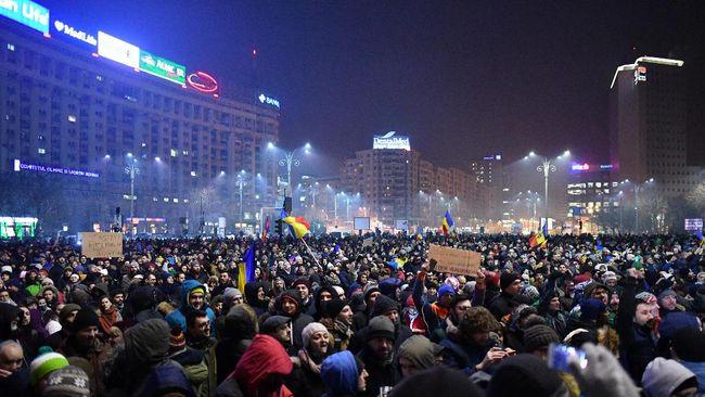 Puluhan ribu warga Romania turun ke jalan memprotes dekrit darurat yang memungkinkan sejumlah politisi untuk menghindari proses hukum.