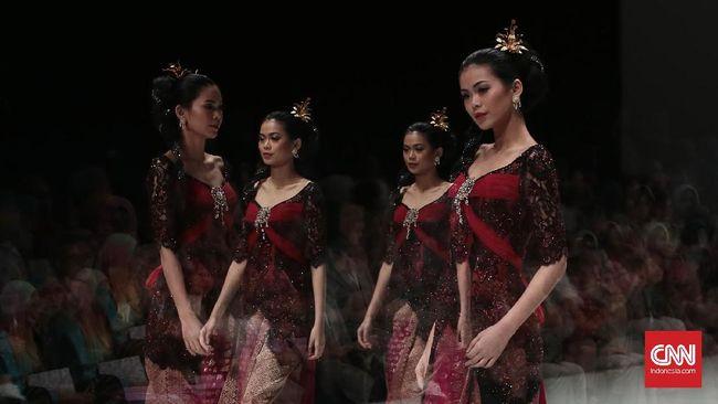 Desainer Indonesia menciptakan berbagai desain kebaya modern dan tak terbatas pakem adat untuk menembus dunia.