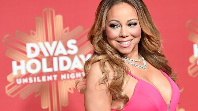 Mantan manajer Mariah Carey menggugat sang diva karena sering menyanyi tanpa busana di hadapannya dan melakukan tindakan seksual terhadapnya.