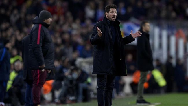 Atletico Madrid's Argentinian coach Diego Simeone gestures on the sideline during the Spanish Copa del Rey (King's Cup) semi final second leg football match FC Barcelona vs Club Atletico de Madrid at the Camp Nou stadium in Barcelona on February 7, 2017. / AFP PHOTO / Josep Lago