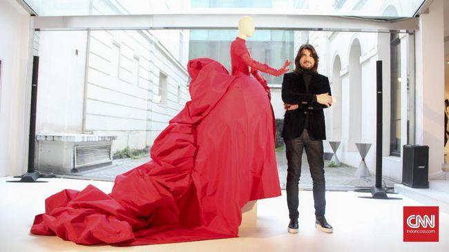 Stephane Rolland menampilkan koleksi monumental di Paris Haute Couture. Tanpa fashion show, Rolland sukses menyuguhkan mode dan seni di satu panggung.