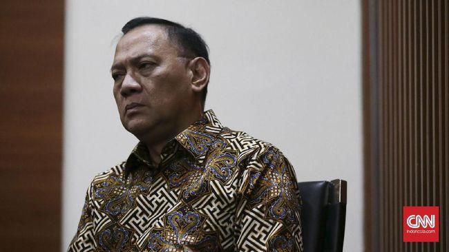 Datang memenuhi panggilan pemeriksaan KPK sebagai saksi dalam kasus e-KTP, eks Menteri Keuangan Agus Martowardojo tak berkomentar ke wartawan.
