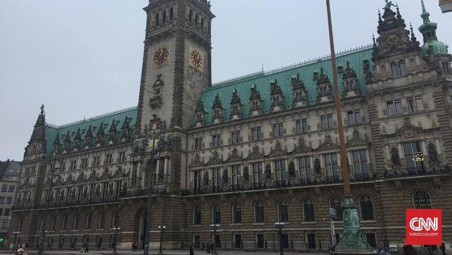 Hamburg Rathaus atau Balai Kota Hamburg, Jerman, terletak di pusat kota dan dekat dengan danau Binnenalster. Bangunan ini berdiri sejak 1886-1897 sebagai kantor Walikota pertama Hamburg.