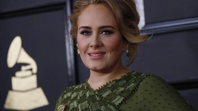 Ia meraih dua penghargaan Grammy Awards 2017, di kategori Best Pop Solo Performance lewat lagu ikonik Hello, dan Best Pop Vocal Album lewat 25.