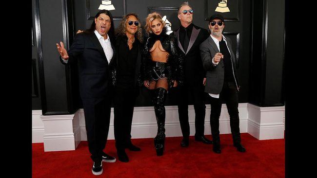 Lady Gaga memamerkan tato baru yang merujuk pada lagu Metallica, Moth Into Flame, menjelang penampilan kolaborasi mereka dalam Grammy Awards 2017.