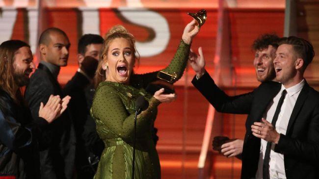 Tak lama usai menerima piala Grammy sebagai Album of the Year, Adele mematahkan piala berbentuk gramofon miliknya, seolah ingin membaginya dengan Beyonce.