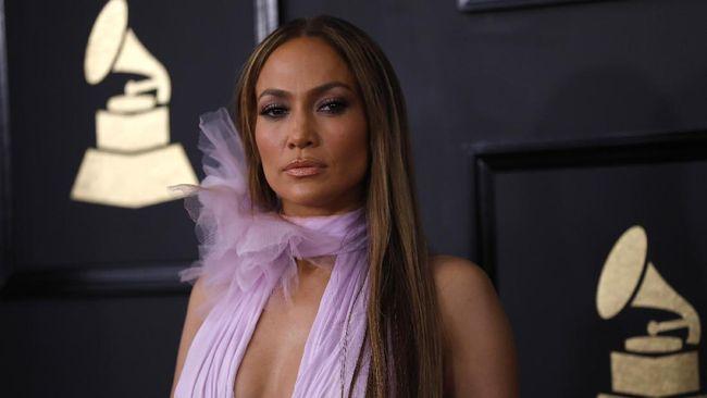 Jennifer Lopez mengaku pernah menjadi korban pelecehan seksual. Ia diminta membuka baju dan menunjukkan dadanya oleh seorang sutradara film.