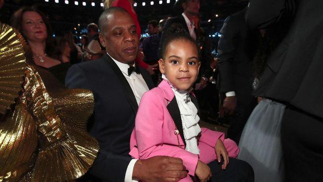 Aksi Blue Ivy yang 'bossy' saat meminta ibunya, Beyonce bertepuk tangan di acara Grammy Awards membuat netizen 'gagal fokus'.