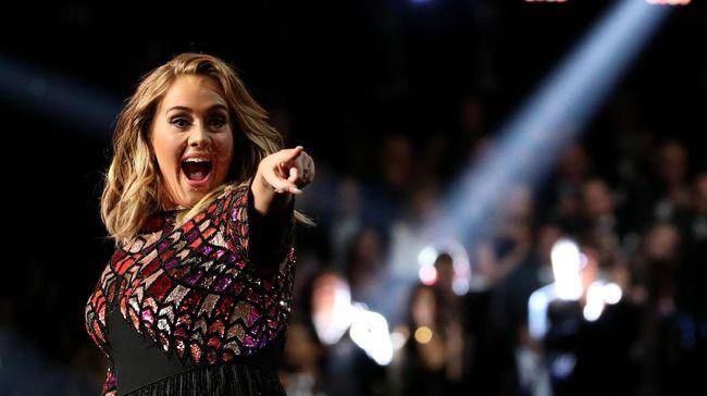 Adele terlihat begitu emosional, nyaris tenggelam dalam euforia ketika menonton konser final Spice Girls di Stadion Wembley, Sabtu (15/6).
