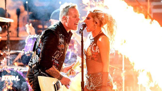 Vokalis Metallica James Hetfield mengalami gangguan mikrofon saat tampil membawakan Moth Into Flames bersama Lady Gaga dalam Grammy Awards 2017.