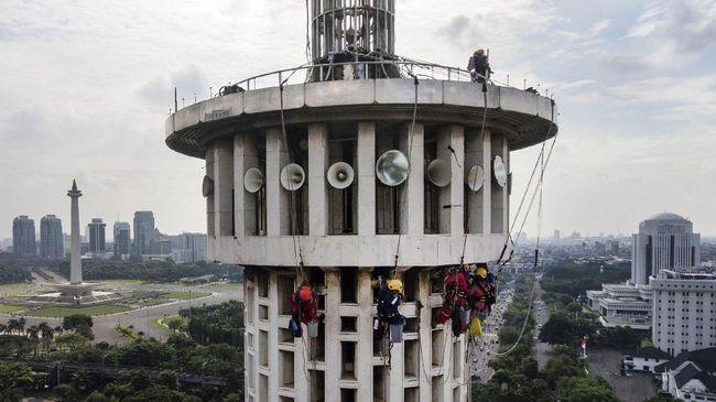 Foto aerial sejumlah anggota pecinta alam membersihkan menara Masjid Istiqlal di Jakarta, Selasa (14/2). Para pecinta alam dari berbagai organisasi itu membantu membersihkan Masjid Istiqlal untuk menyambut Milad ke-39 Masjid Istiqlal pada 22 Februari 2017 mendatang. ANTARA FOTO/Sigid Kurniawan/foc/17.