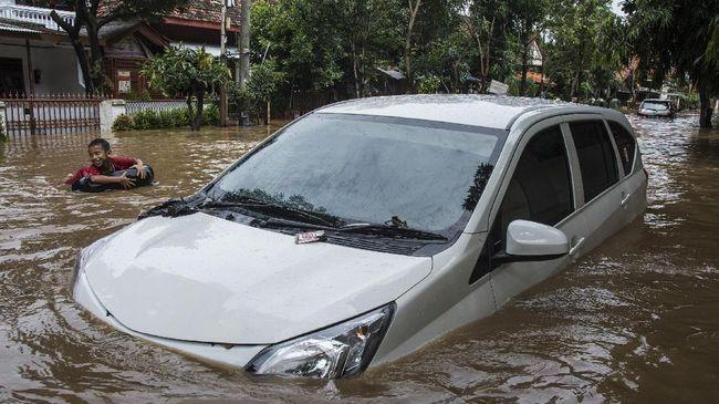 Perkara banjir yang melanda Jakarta kemarin masih menjadi omongan netizen pagi ini, mereka melontarkan berbagai alasan hingga cuitan kocak.