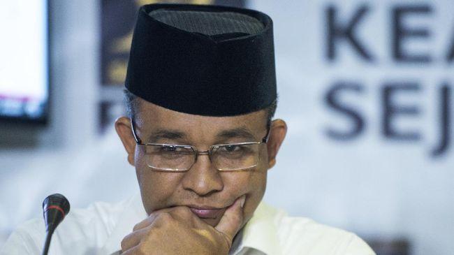 Gaya bertahan Gubernur DKI Anies Baswedan dalam menyikapi polemik kebijakannya dinilai efektif mengurangi kritik tapi menutup akses informasi publik.