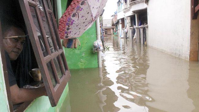 Wati, 68 tahun, berjalan kaki tiga jam untuk mengungsi ke rumah adiknya, Selasa (25/2) pukul 03.00 WIB dini hari, akibat banjir menerjang rumahnya di Bekasi.