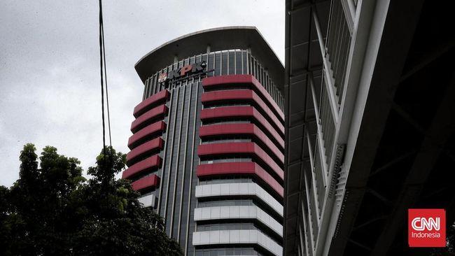 Panitera PN Jakarta Timur Muhammad Ramadhan didakwa sebagai perantara suap bagi hakim PN Jakarta Selatan Iswahyu Widodo dan Irwan untuk mengurus kasus perdata.