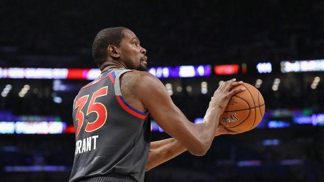 Bintang NBA, Kevin Durant, dikerjai sesama kontingen Amerika Serikat di sela-sela upacara pembukaan Olimpiade Tokyo 2020.