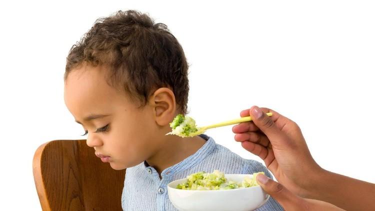 Kadang kita memaksa anak makan meski dia butuh waktu berjam-jam menghabiskannya. Ternyata ini nggak disarankan, Bun.