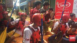 Para Pemuda yang Berjibaku Saat Banjir Kepung Jakarta