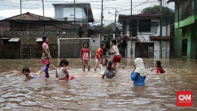 Saat sedang bermain di pinggir sungai, Ikmal jatuh tenggelam. Ia tinggal di pemukiman yang terdampak banjir.
