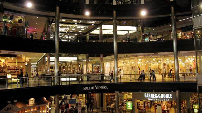 Pengusaha mengaku penurunan bisnis pusat perbelanjaan mulai terdampak virus corona karena kurangnya stok barang impor.