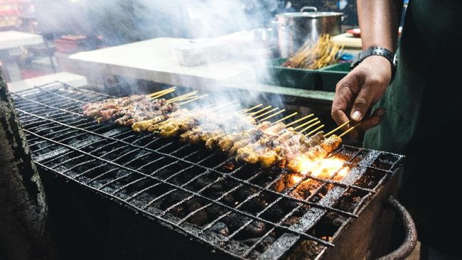 Sate kerap dijadikan pilihan praktis dalam mengolah daging kurban Idul Adha. Tapi ingat, kesalahan umum dalam memasak daging akan membuat sate Anda alot.