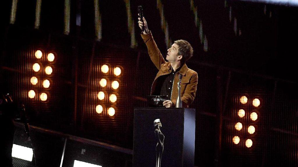 Noel Gallagher Bermusik Diiringi Gunting