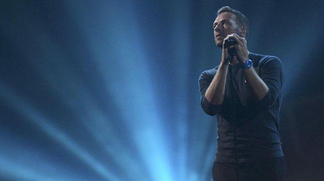 Chris Martin menyanyikan A Different Corner diiringi musik orkestra. Aksi panggungnya didampingi cuplikan suara dan gambar arsip George Michael.