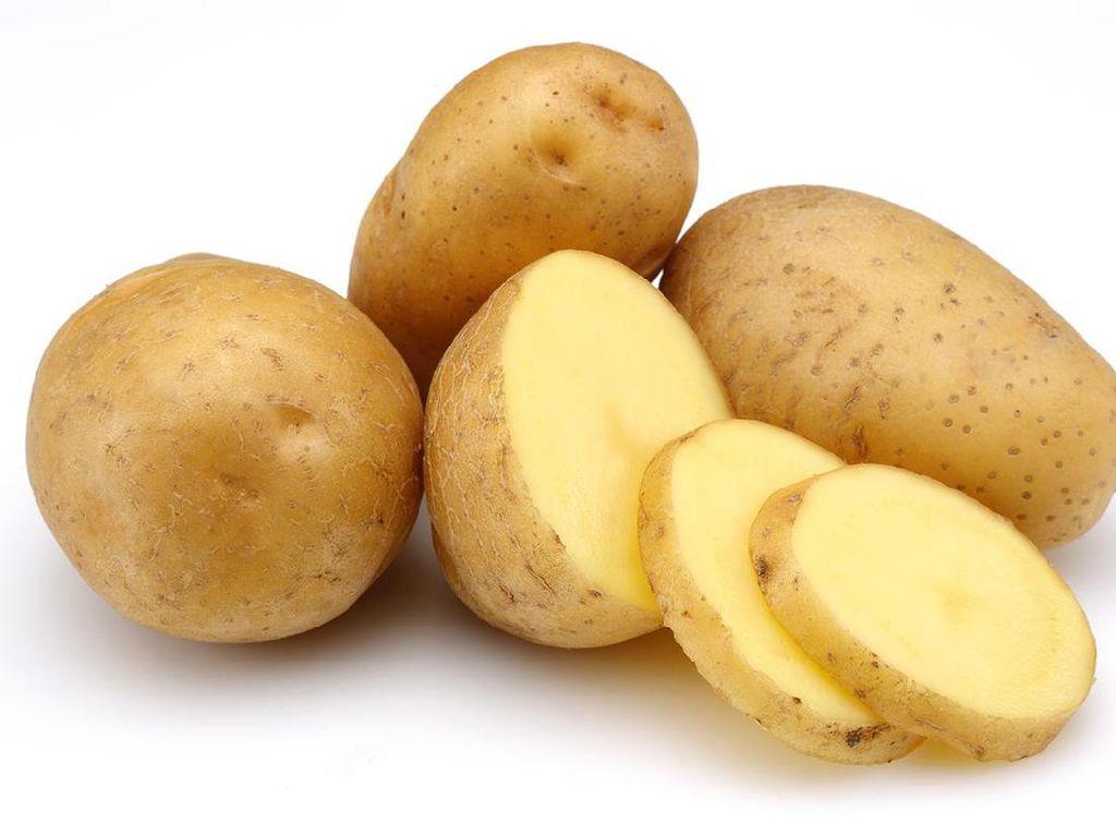 Khawatir akan kandungan garam? Letakkan beberapa potongan kentang di piring, taburkan garam dan diamkan selama 15-20 menit. Dengan cara ini kentang akan menghasilkan rasa yang gurih enak. Foto: iStock