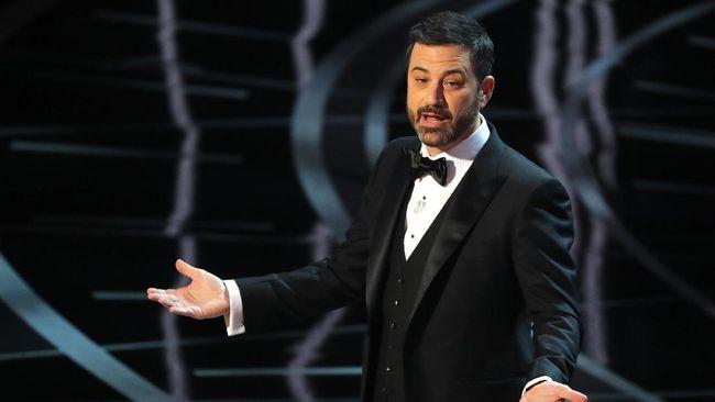 Mengundang Marie Kondo ke kantornya untuk bebersih, pembawa acara Jimmy Kimmel terpaksa menahan malu saat tak sengaja ditemukan bangkai kecoak di sudut ruangan.
