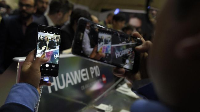 CNNIndonesia.com bertandang ke Mall Ambassador, Jakarta Selatan dan mendapati penjual ponsel Huawei yang terhitung stagnan di tengah tensi AS-China.