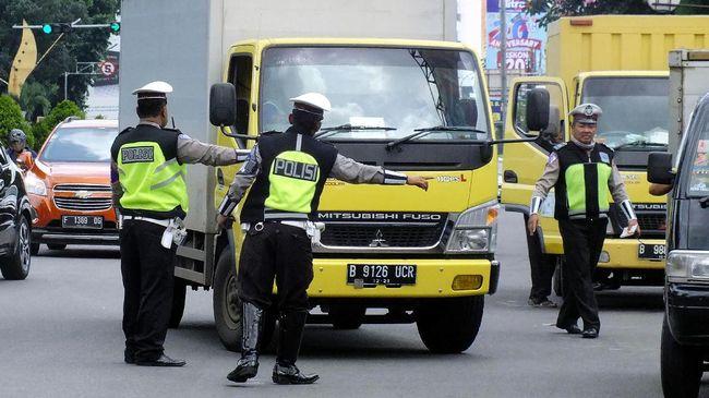 Polisi melakukan pemeriksaan kendaraan di jalan Pajajaran ,Kota Bogor, Jawa Barat, Senin (27/2). Kepolisian Resor Bogor Kota melakukan pemeriksaan kendaraan yang masuk ke Kota Bogor sebagai langkah antisipasi pengamanan paska terjadinya teror bom di Bandung. ANTARA FOTO/Yulius Satria Wijaya/foc/17.