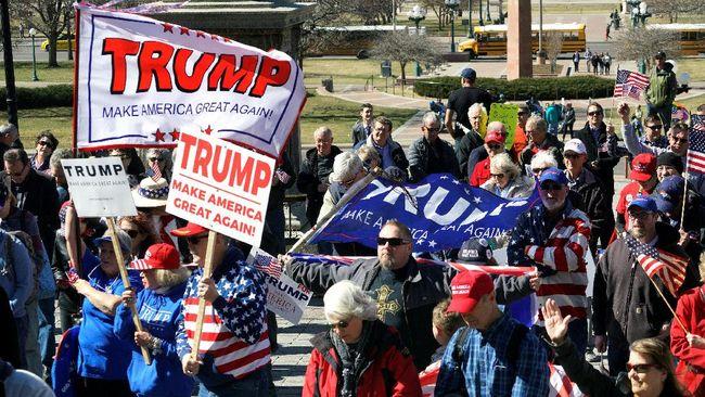 Sejak pelantikan presiden, tak terhitung jumlah aksi unjuk rasa yang menentang Donald Trump. Namun kini, giliran pendukung Trump yang turun ke jalan.