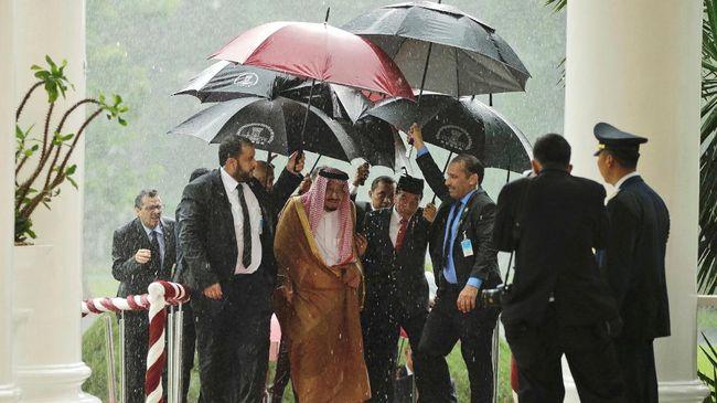 Raja Salman Bahagia Mendapat Sambutan di Tengah Hujan