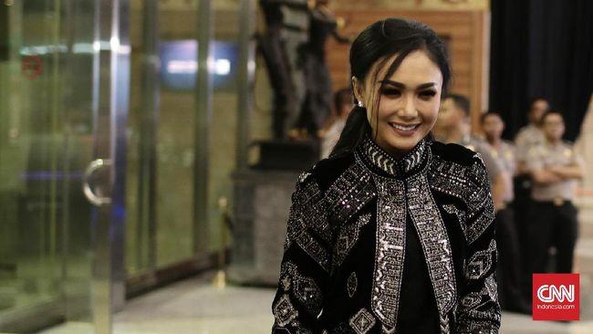 Penyanyi Yuni Shara mendokumentasikan rumahnya yang kebanjiran di akun instagram pribadi sambil berpose stylish dan berujar,