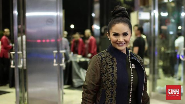 Momen Idulfitri dimanfaatkan para selebriti kenamaan Indonesia untuk berkumpul dengan keluarga dan sanak saudara. Di antaranya penyanyi Krisdayanti dan Ashanty.
