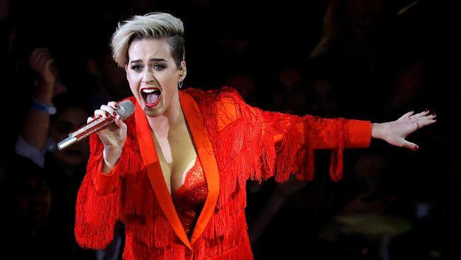Katy Perry dikabarkan tengah berkencan dengan personel Migos, Takeoff. Keduanya bertemu saat merekam lagu kolaborasi Bon Appetit.