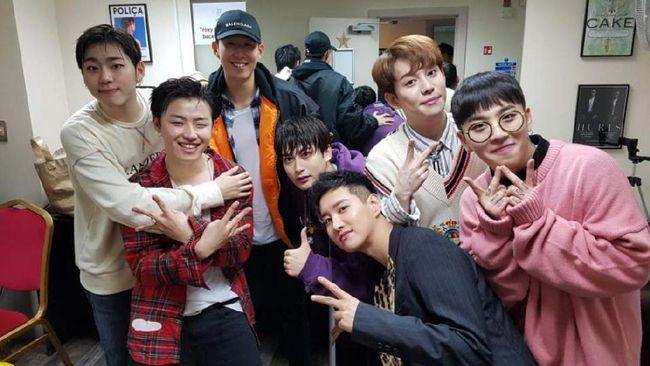 Di sela kesibukannya, pemain Tottenham Hotspur asal Korea Selatan, Son Heungmin, menyempatkan diri untuk menonton konser boyband Block B di London, Inggris.
