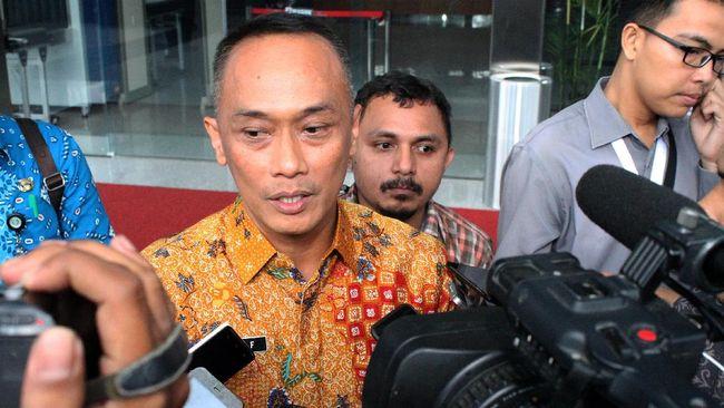 Dirjen Dukcapil Kemendagri Zudan Arif mengatakan e-KTP yang dijual oleh oknum hanya berjumlah 10 buah dan dihargai Rp500 ribu atau Rp50 ribu per buah.