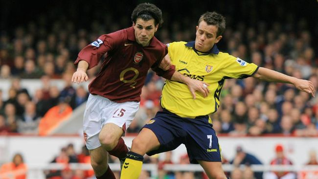 Cesc Fabregas (L) of Arsenal vies for the ball with Lee Hendrie of Aston Villa during a premiership match at Highbury in north London,  01 April 2006. AFP PHOTO / ODD ANDERSEN  Mobile and website use of domestic English football pictures subject to subscription of a license with Football Association Premier League (FAPL) tel : +44 207 298 1656. For newspapers where the football content of the printed and electronic versions are identical, no licence is necessary. / AFP PHOTO / ODD ANDERSEN