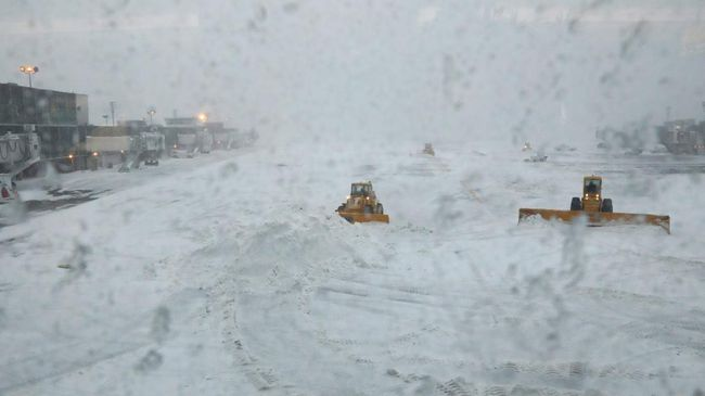 Badai salju yang melanda wilayah Amerika Serikat menyebabkan sejumlah penerbangan dibatalkan.