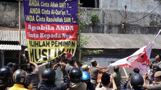 Isu SARA bukan hanya menyerang pasangan Ahok-Djarot, tetapi juga pasangan Anies-Sandi yang dianggap menyebar spanduk penerapan syariat Islam.